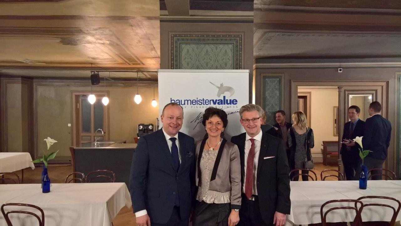 Die beiden Geschäftsführer der baumeister<strong>value</strong> GmbH Karin und Josef X. Baumeister und der Impulsgeber Herbert Lindner, links von der Zürcher Kantonalbank Österreich AG, Salzburg